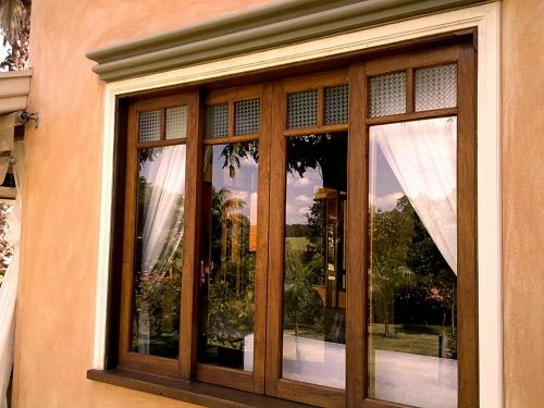 casa-decorada-com-janela-de-madeira