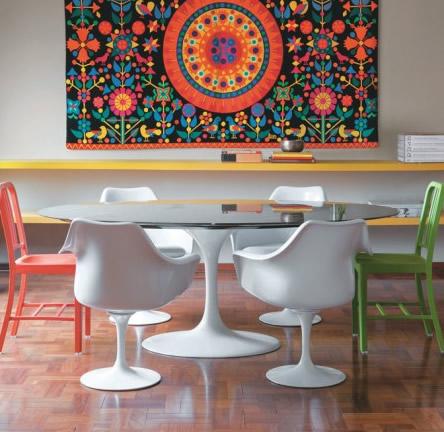 mesa-com-cadeiras-coloridas-misturadas