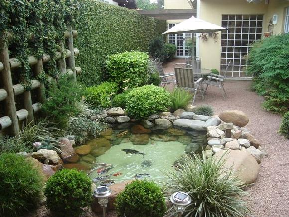Lago artificial para peixes no jardim modelos for Como criar carpas en estanques
