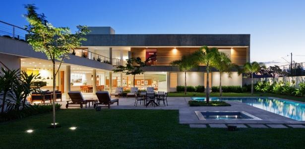 linda-casa-com-area-de-lazer-moderna