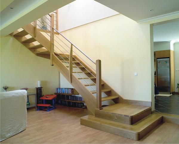 escadas-internas-feita-em-madeira