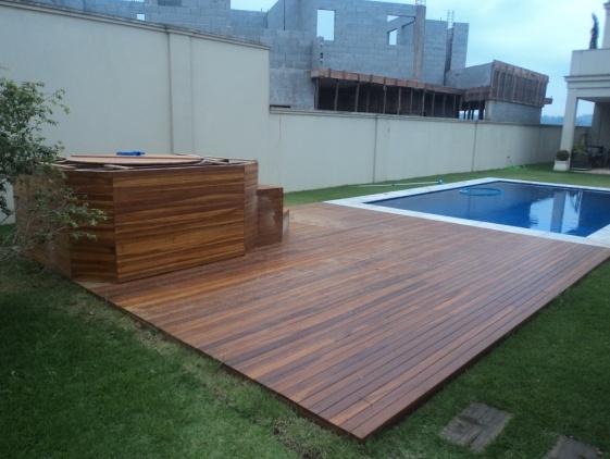 piscinas-com-deck-de-madeira