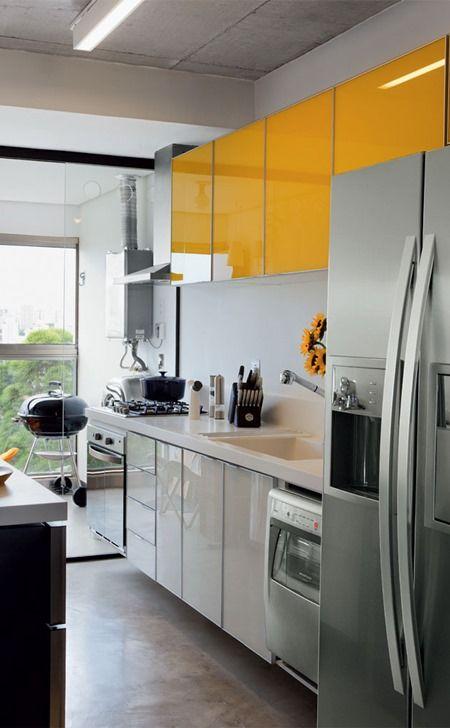 cozinha moderna com tons amarelados.