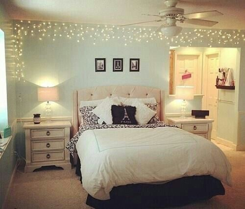 40 quartos femininos decorados fotos inspiradoras for Young woman bedroom and string lights