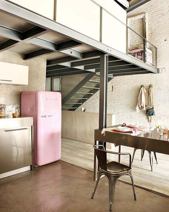 Decoração industrial no loft com geladeira retrô