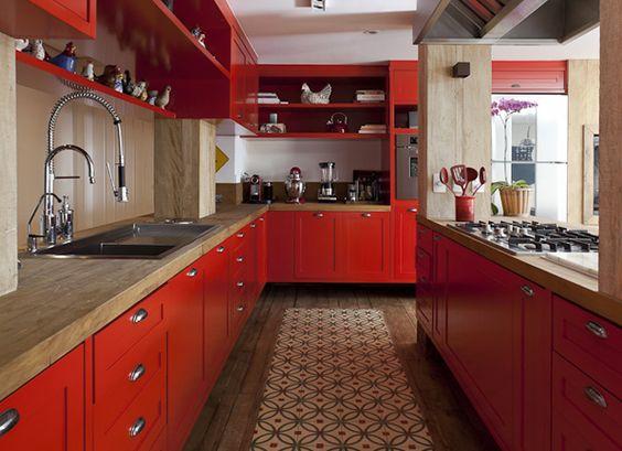 cozinha vermelha com bancada