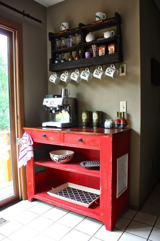 cozinha vermelha com móveis rústicos