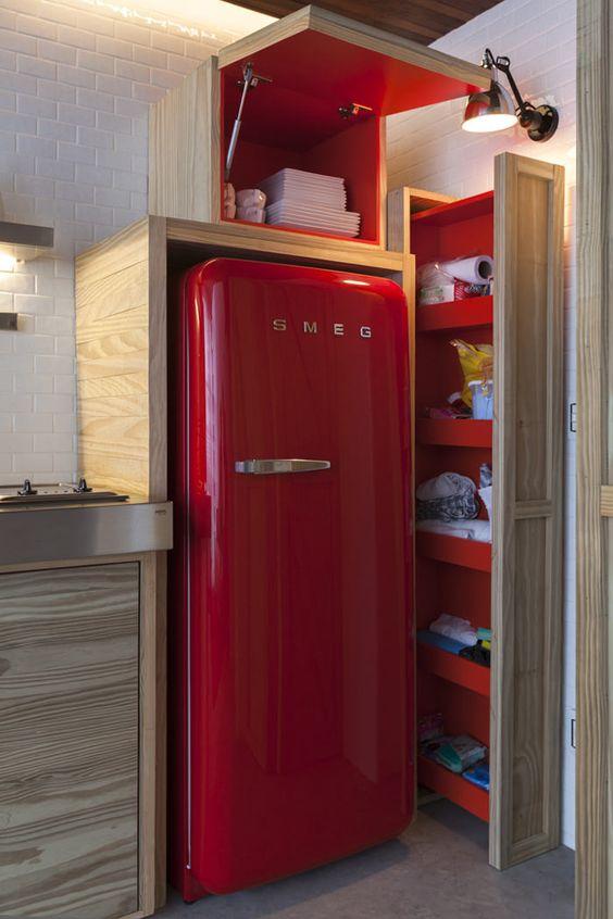 cozinha vermelha com geladeira vermelha