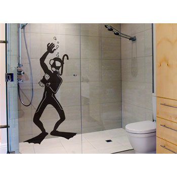 Adesivo criativo no box do banheiro