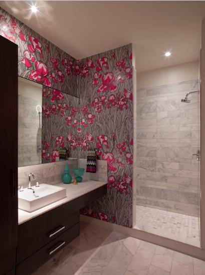 adesivos-coloridos-na-parede-do-banheiro