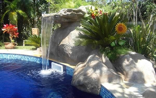 linda-cascata-na-piscina