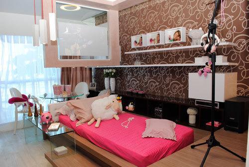 Modelo de quarto feminino já decorado