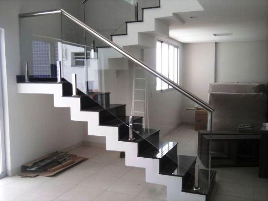 Escadas com Corrimão de Vidro