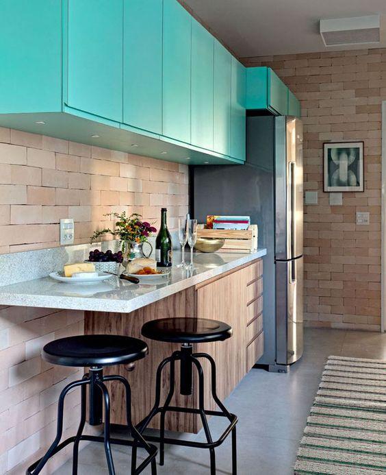 cozinha pequena e moderna colorida