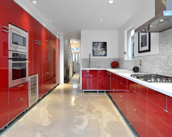 cozinha-vermelha-com-piso-de-cimento-queimado