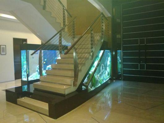 Foto de Decoração com Aquário na escada