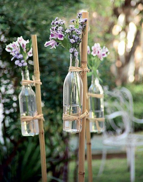 festa de noivado com garrafas e flores