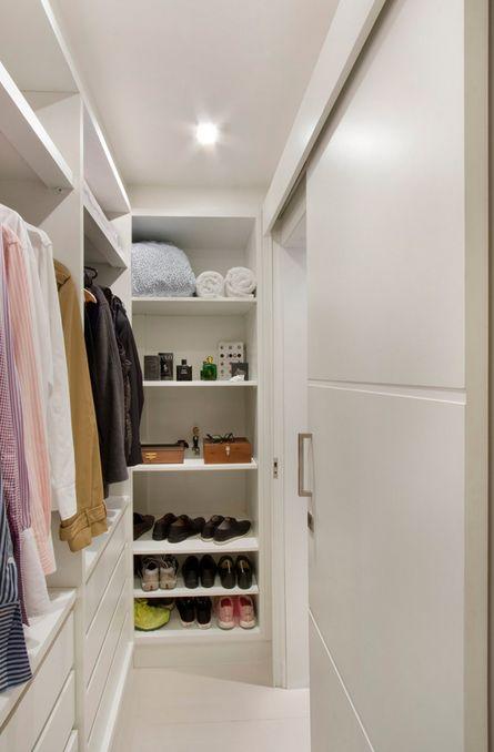 closet pequeno organizado