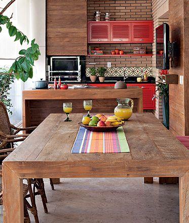 cozinha vermelha com móveis de madeira