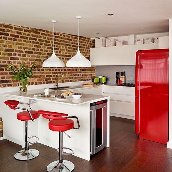 Geladeira vermelha na cozinha vermelha