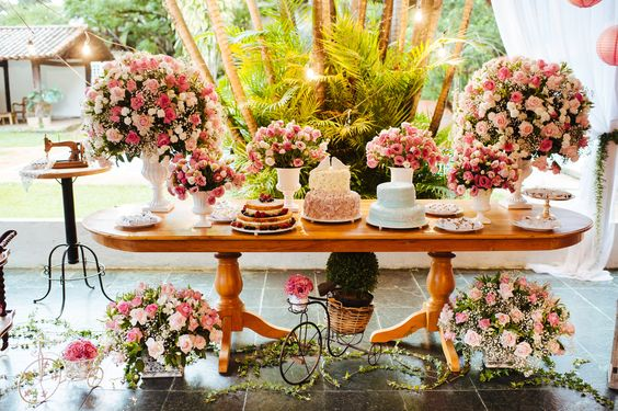 Mesas para Bolos de Casamentos com flores
