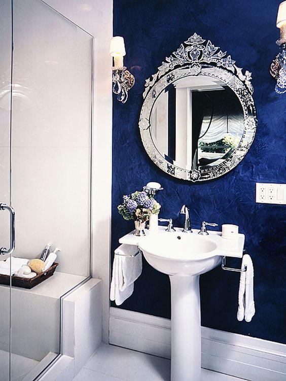 Espelhos venezianos no banheiro decorado