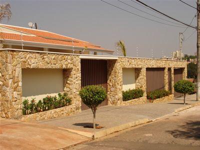 muros residenciais com pedras